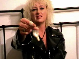 Friss deine eigene Wichse aus einem Kondom für mich - Domina BD