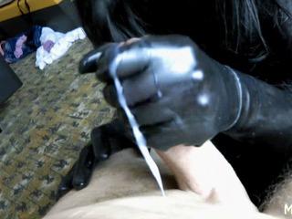 Zwangsentsamung mit Latex Schlampe