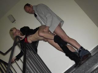 Im Treppenhaus geblasen und gefickt